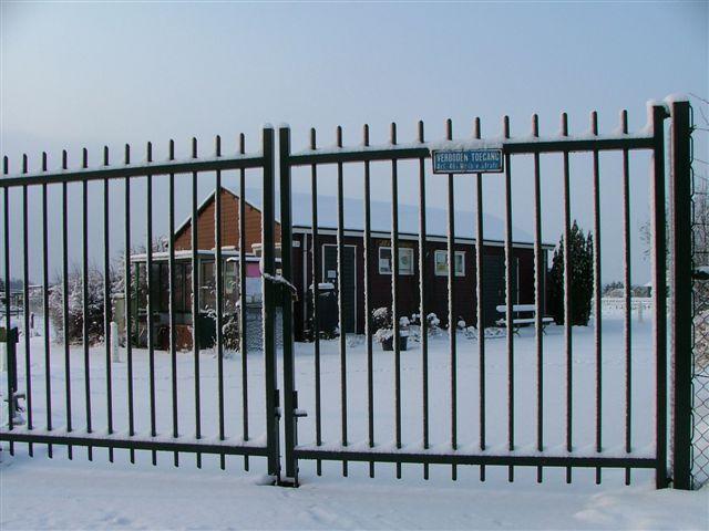 Het verenigingsgebouw in de winter.
